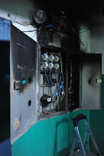 """Электромонтер """"Антека"""", разбираясь в хитросплетении проводов, заявил, что в пожаре управляющая компания не виновата"""