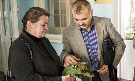 После заседания член депутатской группы по экологии Анатолий Сазанов успокаивал жителей поселка ЖБИ, расстроенных равнодушием депутатов. Он внимательно осмотрел пострадавшие растения, согласился, что они явно изменили цвет, но объяснил, что нужны документы, заключения экспертов. Выразил надежду, что в октябре СУМЗ запустит новые очистные системы, которые станут радостью и для людей, живущих рядом с трубой