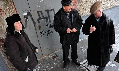 Юрий Труфанов сделал заявление в милицию по поводу ночного вандализма и убедительно попросил управляющие компании быстрее привести двери в порядок. В то же время многие жители, как, например, Лидия Калягина, не исключают, что это акция самих членов ЛДПР