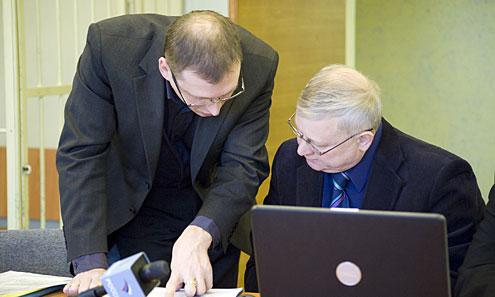 Андрей Мозалевич с адвокатом в Ревдинском суде