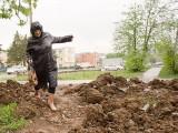 Лариса Григорьевна привычно преодолевает рукотворные препятствия в виде вывороченной глины