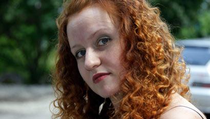На самом деле у Екатерины Сорвиной светло-русые волосы. Но по характеру, признается Катя, она — рыжая. А в юности «полголовы выбрито сзади было, были синие кудрявые волосы… Зачем? Ну, это же прикольно».