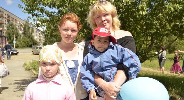 Ирина Пахнутова с детьми Любой, Люсей и Женей набрала больше всех «весточек» и выиграла главный приз — сертификат в магазин бытовой техники.