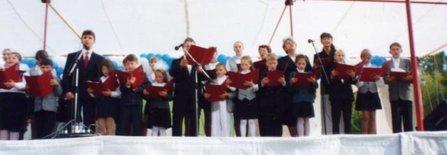 Уникальное фото: 2002 год, площадь Победы, День города. 7 сентября. Премьера Гимна Ревды. Фото// личный архив директора ДМШ Татьяны Асельдеровой,