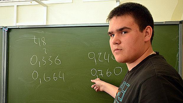 11-классник школы №29 Максим Мокрецов будет сдавать физику, русский язык и математику. Записался к репетиторам: нужно набрать побольше баллов, чтобы успешно поступить в вуз.