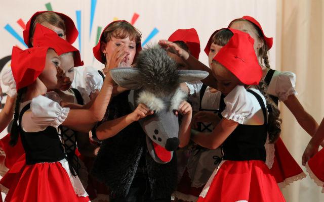 Танец «Нам не страшен серый волк». На сцене — младшая группа «Радуги». Фото// Елена Асоцкая