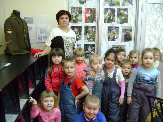 Полуэктова АВ и ее воспитанники в музее боевой славы Память МКОУ СОШ 2