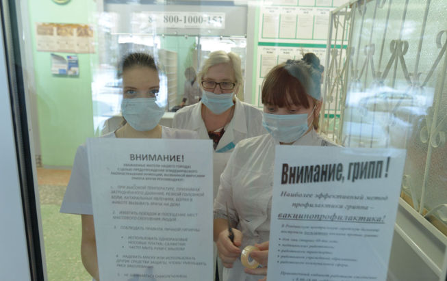 21 января. Городская поликлиника. Светлана Баранкина и Эльвира Миндибаева, студентки медколледжа, по заданию Елены Синицыной, завотделением медпрофилактики, расклеивают памятки о том, что прививки — самый действенный способ защититься от гриппа.