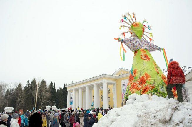 Чучело Масленицы на площади Дворца культуры, где в прошлом году Ревда прощалась с зимой. Фото// Владимир Коцюба-Белых, Ревда-инфо.ру