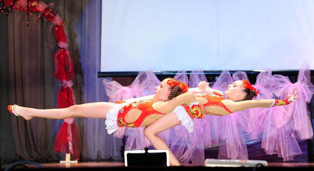 Алена и Настя Чухаревы (им по 7 лет) удивили зрителей ловкими трюками.
