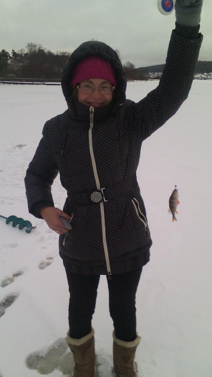 Андрюкова Ольга, ноябрь 2015 года, зимняя рыбалка на Ревдинском пруду с внуком, поймали чебака