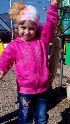 На фото Маша Киселева 4 года поймала форель на реке Яйва (Пермский край). Фотография сделана в июле 2015