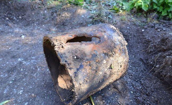 Тот самый кусок поврежденной трубы. Фото// Владимир Коцюба-Белых, Ревда-инфо.ру