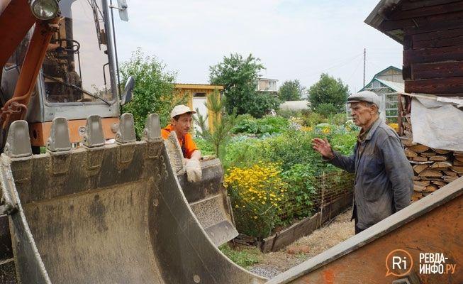 """12 августа рабочие """"Водоканала"""" и журналисты в очередной раз около пяти часов простояли возле участка Наумочкина, который"""