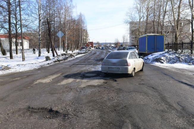 Так подлежащий ремонту участок дороги на ул. Энгельса выглядел в феврале. Фото// Владимир Коцюба-Белых, Ревда-инфо.ру