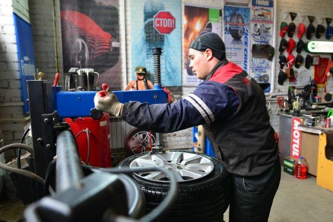 В шиномонтажном сервисе, где работает 29-летний Александр Кукушкин, установлен разбортовочный станок с компьютером, который позволяет сбалансировать колеса. Балансировка нужна, чтобы уменьшить дисбаланс колес, диска, ступицы, крепления колеса и элементов подвески. Если этого не сделать, то руль во время движения будет ходить ходуном. А разбортовочный станок нужен, чтобы не испортить резину: делая все вручную, можно ее поцарапать или и вовсе порвать.