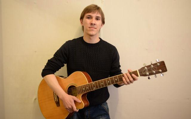 Гитара — лучшая подруга для Александра. Сейчас, после армии, он вновь играет в музыкальной группе. Фото// Владимир Коцюба-Белых, Ревда-инфо.ру